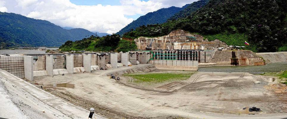 Baustelle des Staudamms. Er soll 1500 MWel liefern und wird (natürlich) von den Chinesen gebaut.