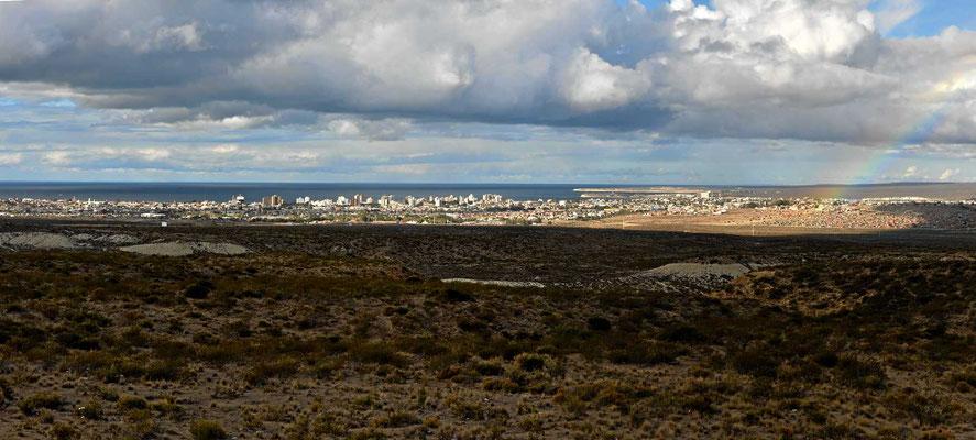 Wir nähern uns Puerto Madryn, eine großer Touristenort am Atlantik.