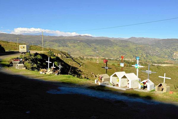 Kreuze am Wegesrand. Ich habe nirgendwo so viele Totenkreuze am Straßenrand gesehen wir in Peru. Hier ist eine ganze Busladung in den Abgrund gestürzt.