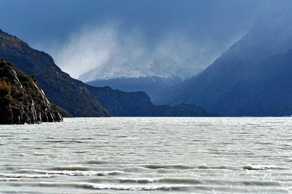 In dieser Richtung liegt der Grey-Gletscher, leider versperrt das Ufer die Sicht auf den Gletscher.
