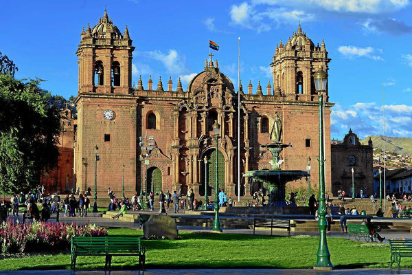 Der Plaza de Armas in Cusco mit der Kathedrale und der Jesuitenkirche.