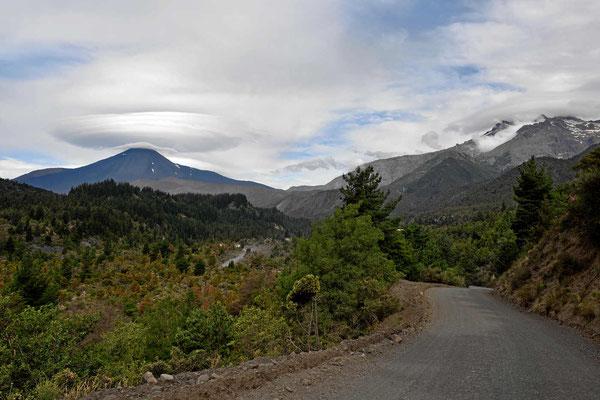 Ufo-Wolke übert dem Vulkan Antuco.