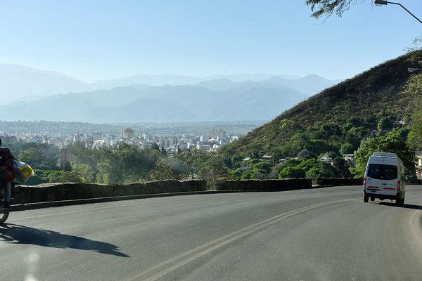 Ein Blick aus dem fahrenden Auto auf Salta.