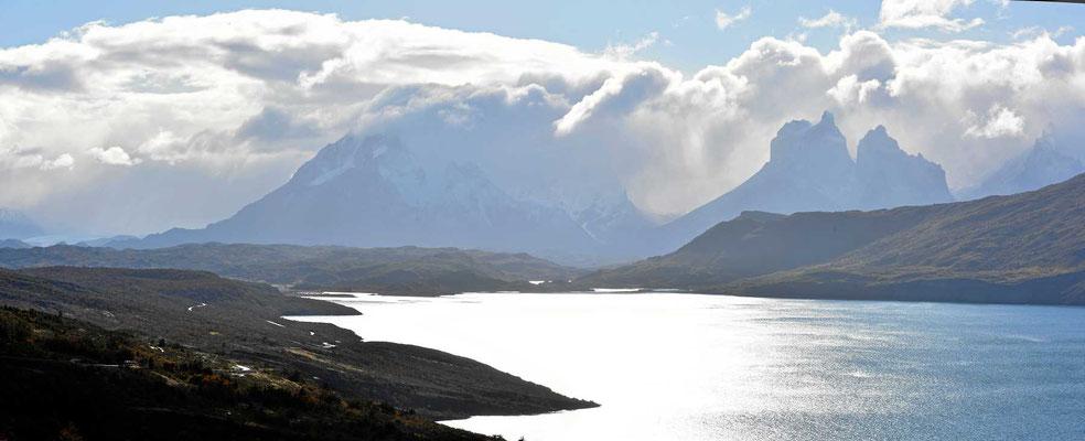 Blick über den Lago del Toro auf die Torres.