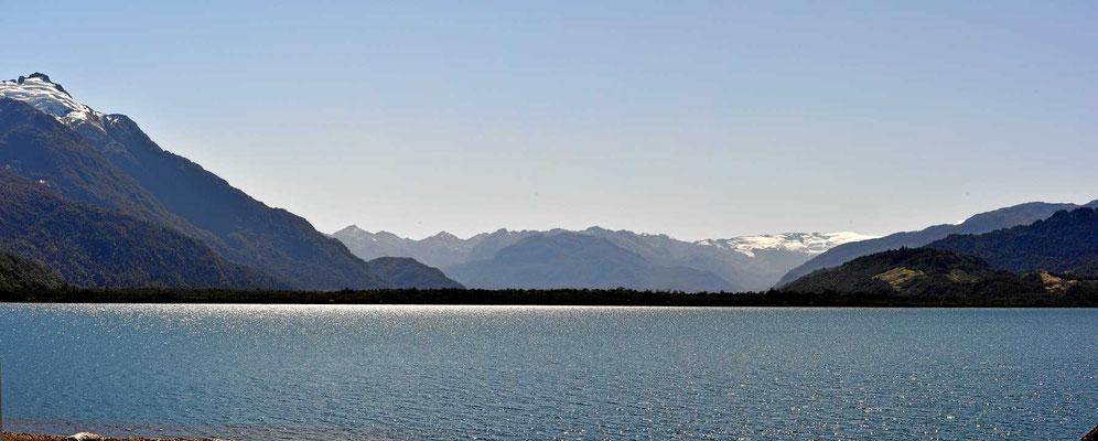 Und nochmal der Lago Yelcho, jetzt im Gegenlicht.l