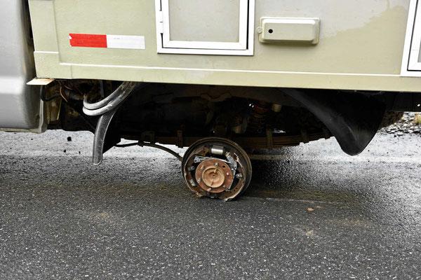 Da ist einiges am Bremsrückteil abgeschliffen worden.