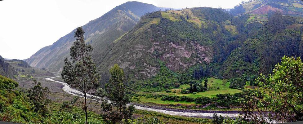 Das was auf dem Bild so zahm aussieht (wegen des Weitwinkels) sind in Wirklichkeit ca. 1000 m hohe Berge und ein enges Flusstal.