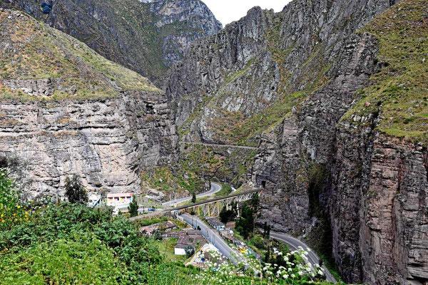 Das Tal wird immer enger. Und da geht auch noch eine Eisenbahnlinie hindurch, eine der berühmtesten der Welt, von 0 auf 4800 m, im Zug gibt es zur Unterstützung Sauerstoffflaschen.