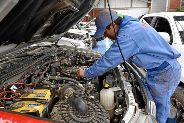 Die Mechaniker bei Toyota Cusco holen die Eintspritzdüsen raus und prüfen sie, zwei sind defekt und die anderen beiden sind auch nicht mehr so gut.