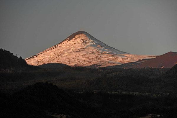 Der Vulkan Villarrica in der Abendsonne.