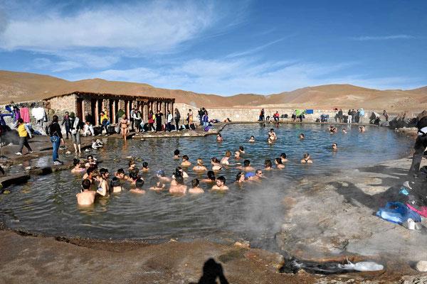 Bei so vielen Leuten habe ich Hemmungen, ins warme Wasser zu springen.