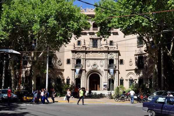 Eines der wenigen älteren Gebäude in Mendoza.