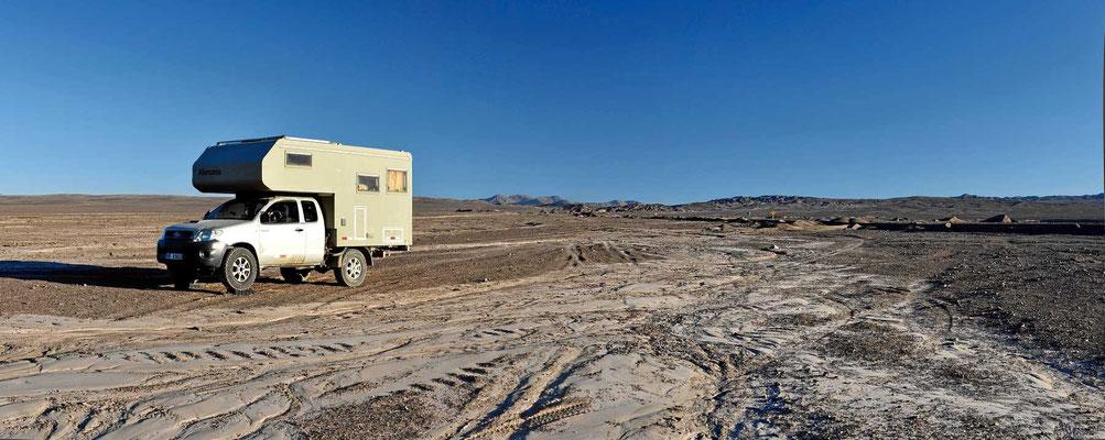 Wieder einer der wunderschönen Übernachtungsplätze in der Wüste. Am Boden sind die Spuren des großen Regens im März 2015 zu sehen.