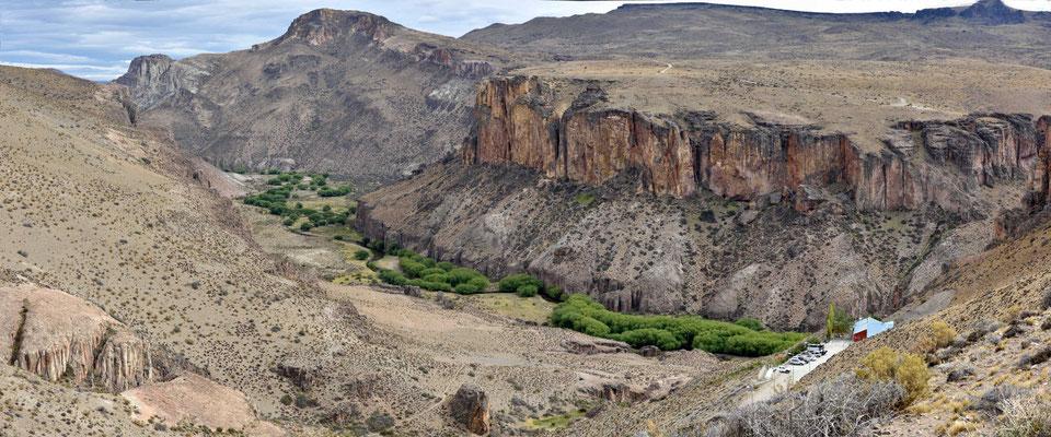 DEr Canyon des Rio Pintura mit dem Besucherzentrum für die Höhlen.