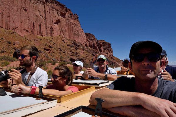 """""""Stehend"""" fahren wir durch den Canyon."""
