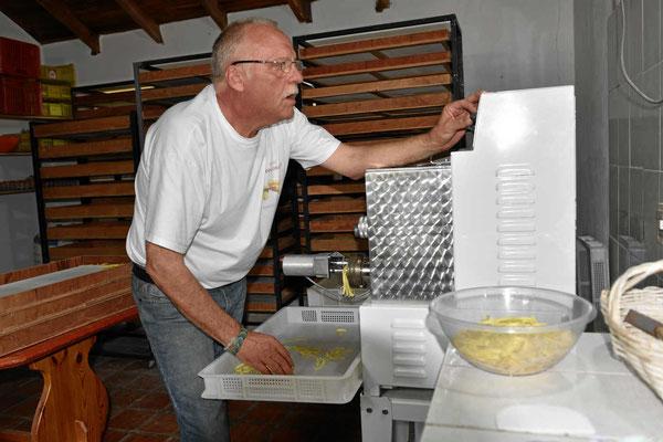 René bei der Arbeit an der Nudelmaschine.