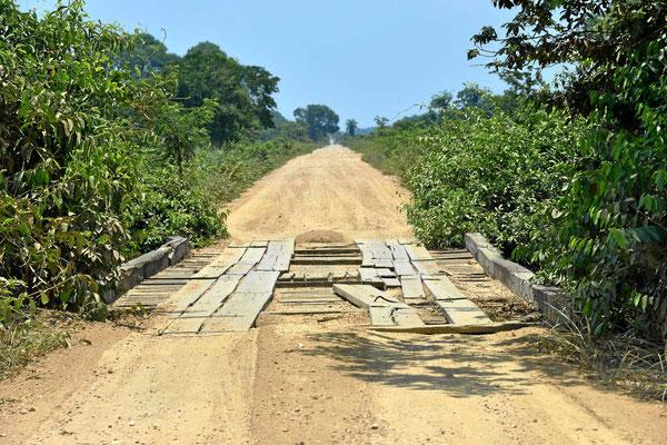 Eine der 120 Holzbrücken der Transpantaneira.