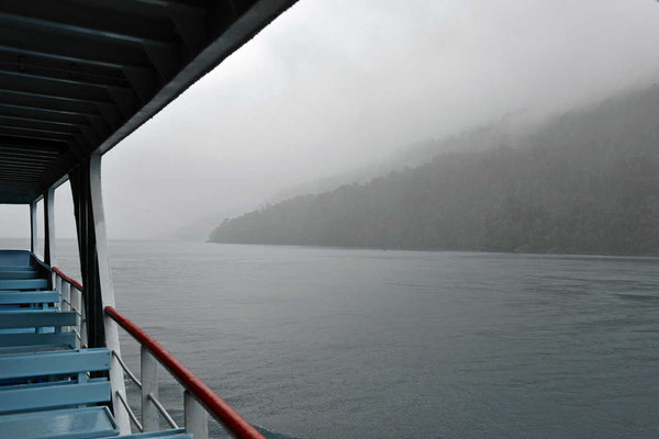 Abfahrt im Nebel - und die 3 1/2 stündige Fahrt soll eine Traumfahrt entlang der Fjordküste sein.