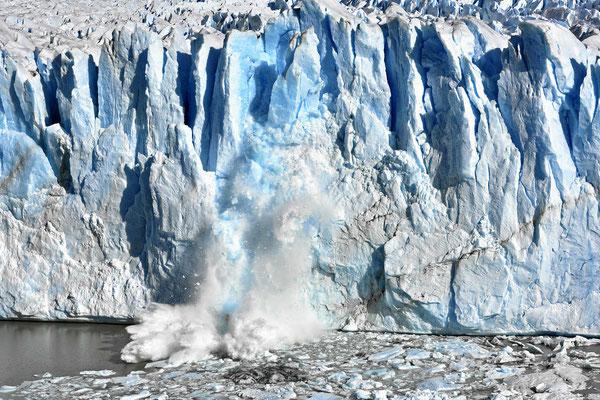 Wir warten auf die Gletscherabbrüche, es donnert und knallt unheimlich laut.