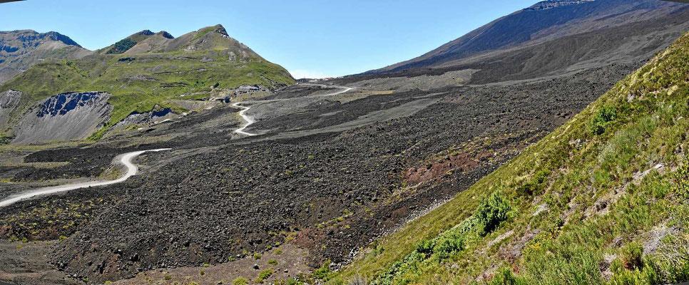 Der große Lavafluss von 1856. Der hat auch den See aufgestaut.