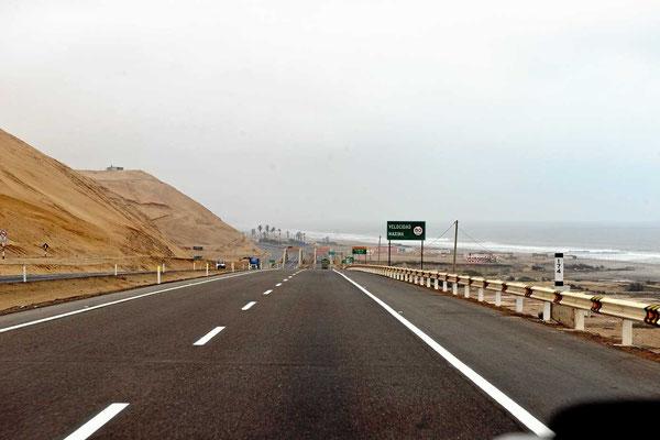 Die Panamericana zwischen Dünen und Pazifik.