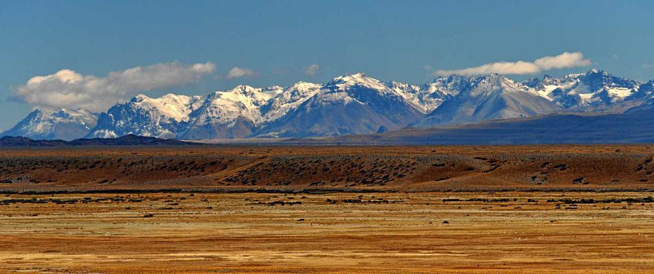Rückblick auf die Berge des nördlichen Eisfeldes am Lago Buenos Aires und General Carrera.