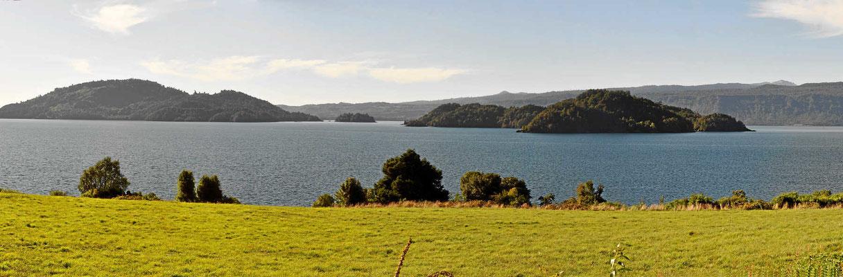 Der See Pùyehue liegt in einer idyllischen Umgebung