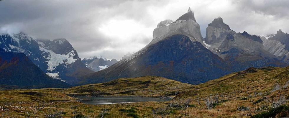 Wanderung zum Mirador am Lago Nordenskjold. Bergsee mit den Torres.