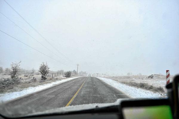 Auf der Fahrt zur chilenischen Grenze schneit es schon schön.