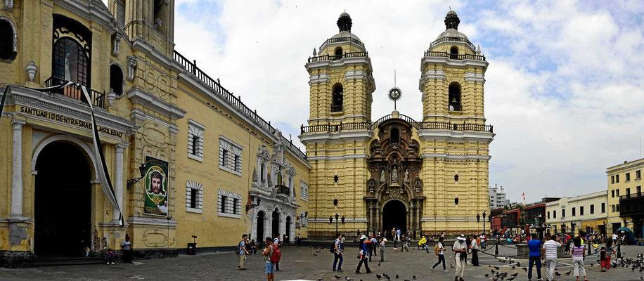 Kirche und Kloster Santo Domingo von außen.