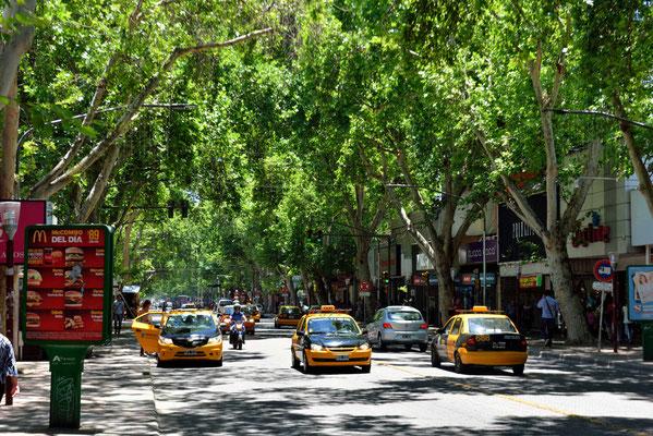 Die Straßen sind voller Taxis, aber MIttags ist kaum eins zu ergattern. Alle Taxis sind belegt.