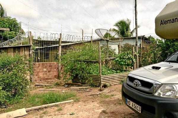 Uns erstaunen die Hochsicherheitsanlagen an ganz normalen Gebäuden in Abuna.