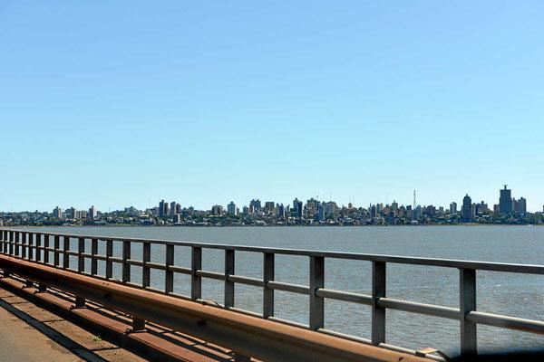 Die Skyline des argentinischen Ortes Posadas.