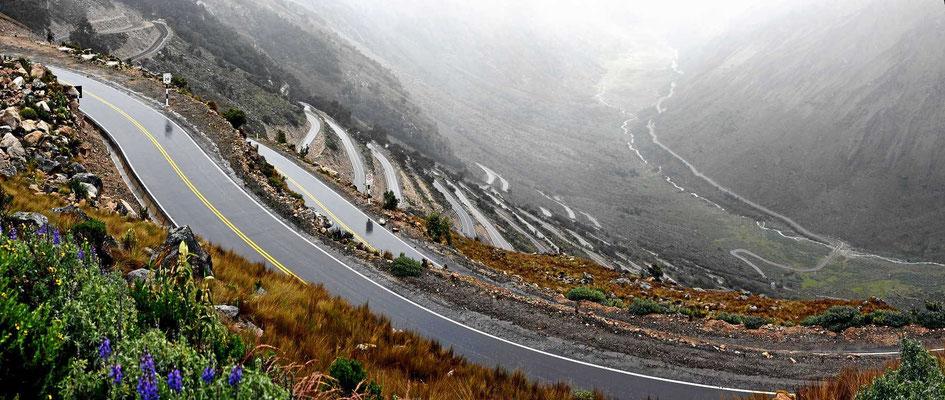 Eine neu gebaute Straße führt über die Berge, in endlosen Serpentinen.