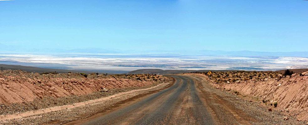 Wir nähern uns dem Salzsee Salar de Atacama.