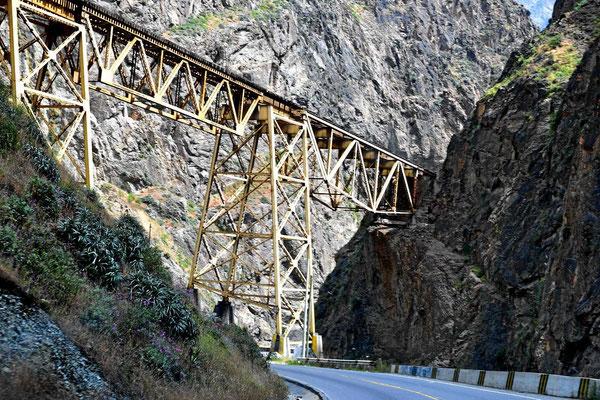 Die Bahn ist ziemlich alt, was man an den Brücken sieht.