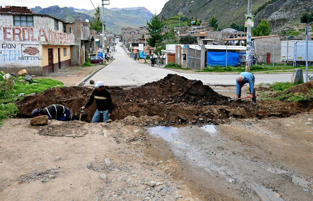 Frühsport, Arbeiter haben quer über die Straße einen Kanal gegraben, wir sind gefangen und ich greife zur Schaufel.