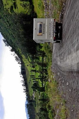 Auf der Fahrt nach Banos fahren wir durch das Tal des Rio Chambo. Es ist eine Gravelroad ohne Brücken über die vielen Nebenbäche entlang steiler Berghänge.