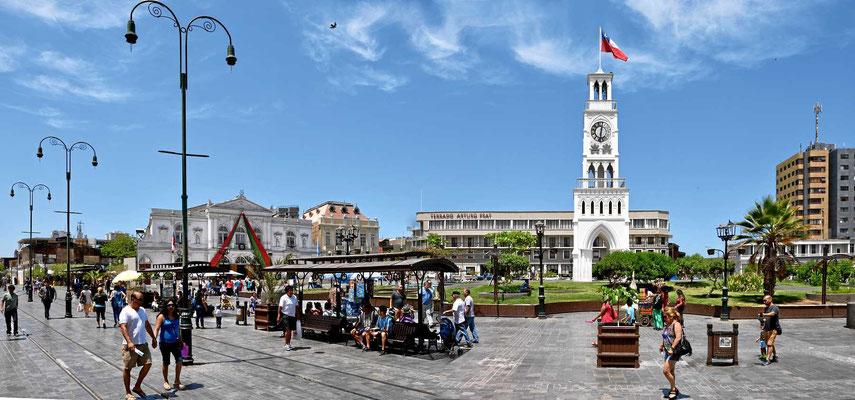 Die Plaza Prat de Iquique mit dem Uhrenturm in der Mitte.