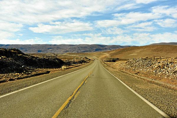 Die Fahrt Richtung Chile verläuft wieder über total einsame Pampa.