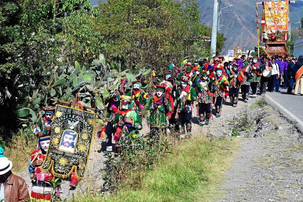 Auf dem Weg zum Colca-Canyon überhole ich eine farbenprächtige Prozession.