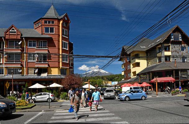 Der Touristenort Pucon am Villarrica-See mit dem Vulkan im Hintergrund.