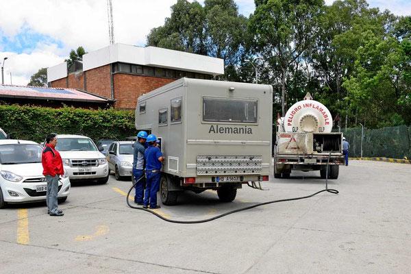 Unsere Gasflasche wird gefüllt, ein ganz schöner Aufwand, so ein großer Tankwagen zum Füllen einer kleinen Flasche.