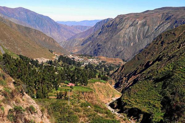 Durch steile Täler geht es hinauf auf den Altiplano.