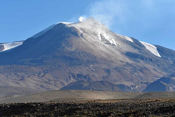 Der Vulkan Guatlatin ist noch aktiv, überall dampft es.