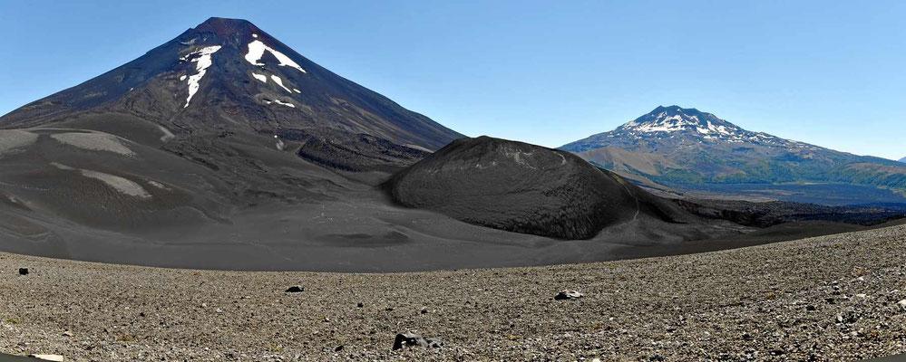 """Im Hintergrund der Vulkan Lonquimay, im Vordergrund der """"Weihnachtskrater"""", der Weihnachten 1988 ausgebrochen ist."""