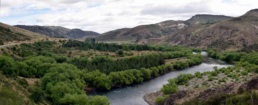 Der Rio Alumine ist eine richtige Flussoase, Bäume stehen nur am Fluss, die Berge oben sind kahl.