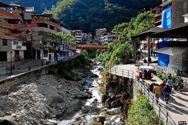 Der kleine Ort Aqua Calientes dicht bei Machu Picchu. Er liegt in einem unglaublich engem Tal.
