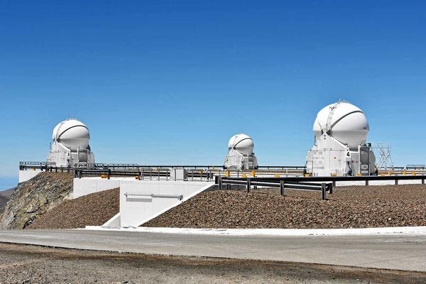 Drei der vier beweglichen kleinen Observatorien.