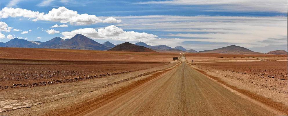 Die Fahrt vom Geysirfeld nach San Pedro de Atacama wird eine reine Genussfahrt durch schönste Wüstenlandschaft.
